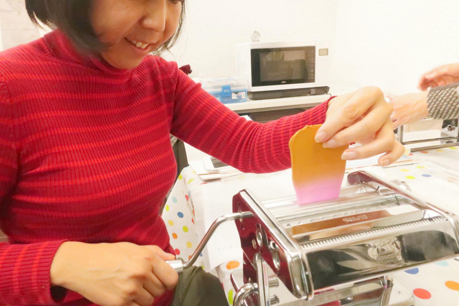 ポリマークレイ(オーブン粘土)用パスタマシーンでグラデーションを作る