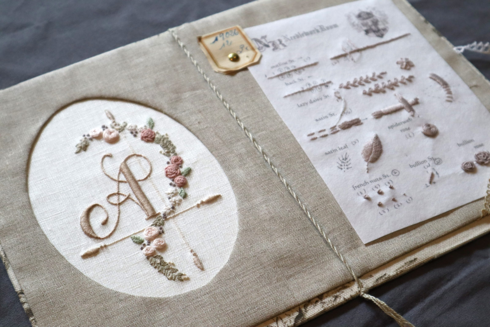 バラとアルファベットの刺繍サンプル
